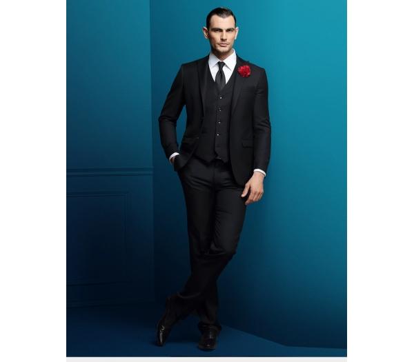 那西服袖口的商标牌应摘掉,否则不符合西服穿着规范,高雅正式的场合会图片